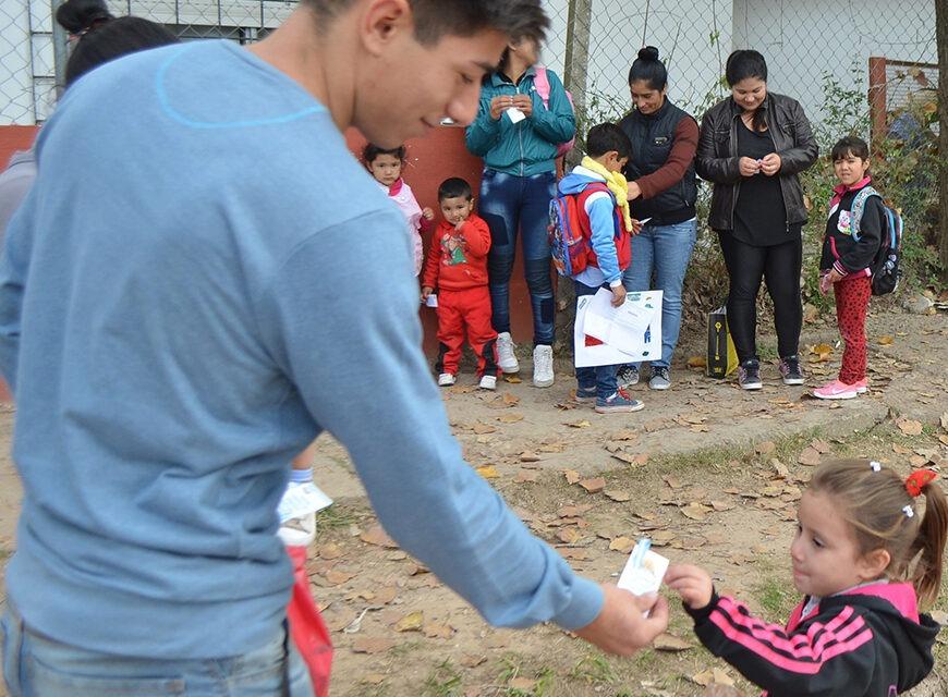 Jóvenes del PRO repartieron escarapelas en distintos barrios