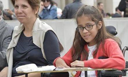 Clarin.comSociedad01/06/16 El Papa felicitó a la chica con parálisis cerebral que ganó un prestigioso premio literario