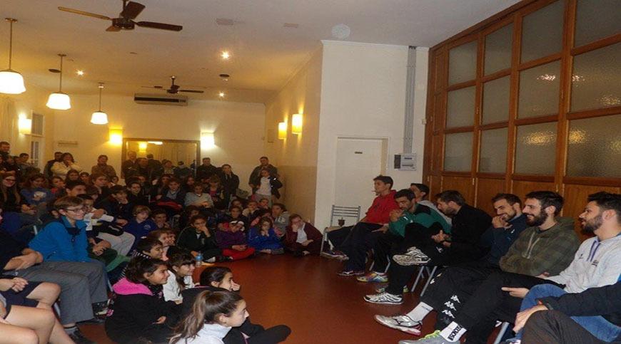 El plantel de la primera división de voley de caballeros del Club brindó una charla a los jugadores de las divisiones juveniles de la actividad de nuestra institución.