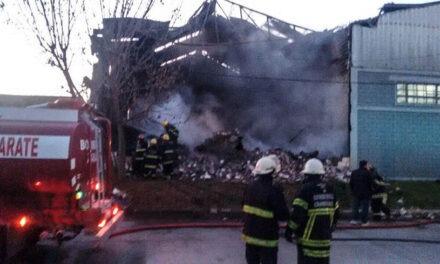Voraz incendio en un taller en la mañana de hoy bomberos de Campana trabajo con la coolaboración de  bomberos de Zarate