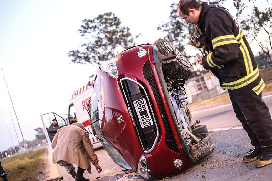 Ahora!!! Muere un hombre tras salir despedido de su auto en la rotonda del barrio San Cayetano Ampliaremos.