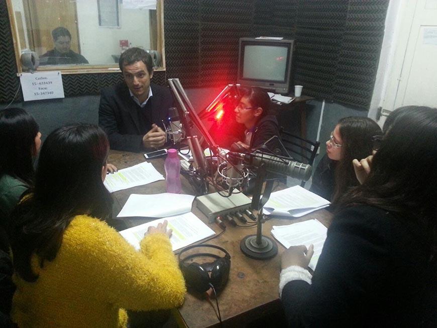 Abella fue entrevistado en radio por alumnos del Colegio Armonía
