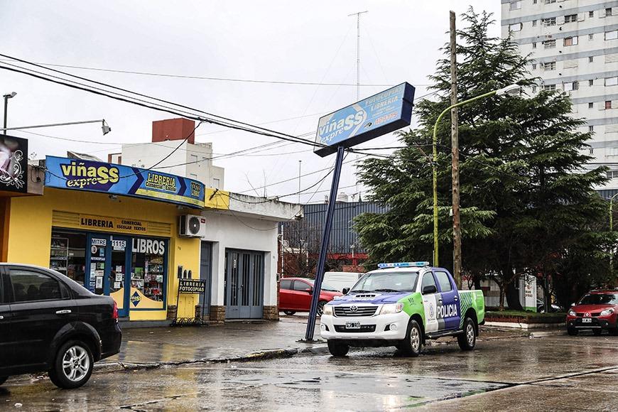 Ahora!!! Carteleria cae sobre tendido  electrico en Mitre y French Defensa Civil trabaja en el lugar