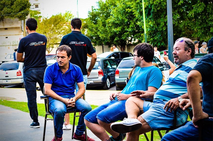 Abella visitó una exposición de autos en la Plaza España