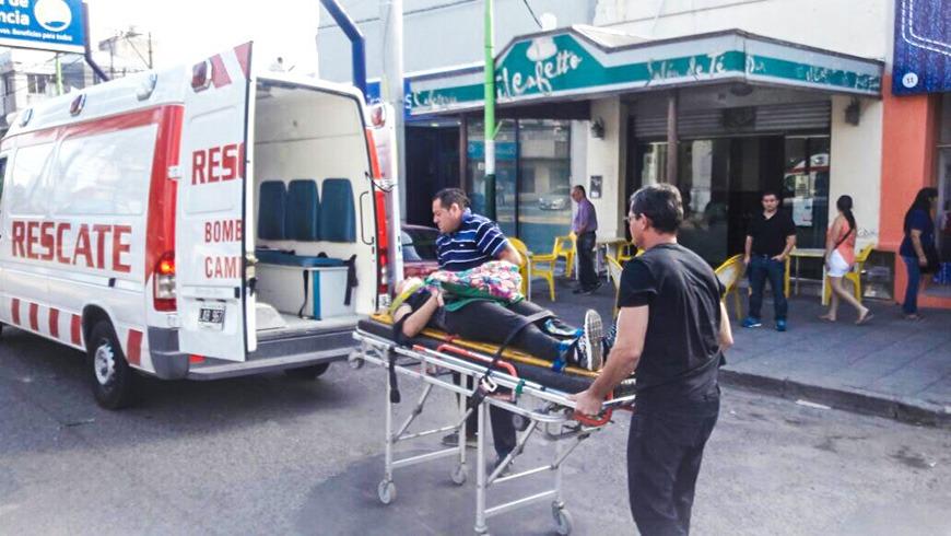 Accidente: Abrió la puerta de su auto sin advertir que pasaba una ciclista.