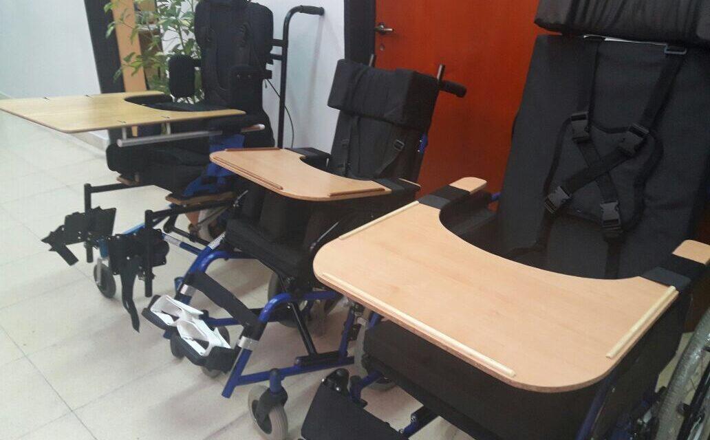 Abella entregó tres sillas posturales a personas con discapacidad