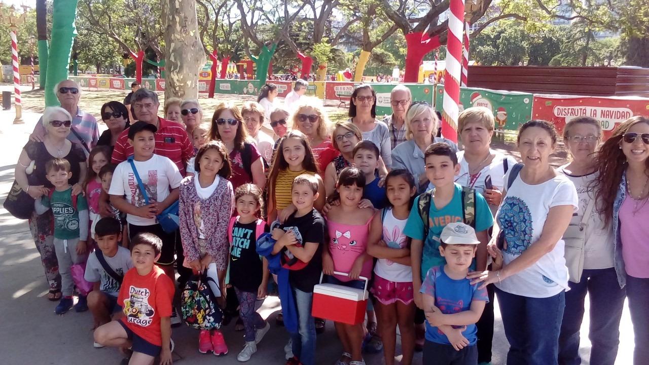 Adultos mayores con sus nietos visitaron el Parque Navideño