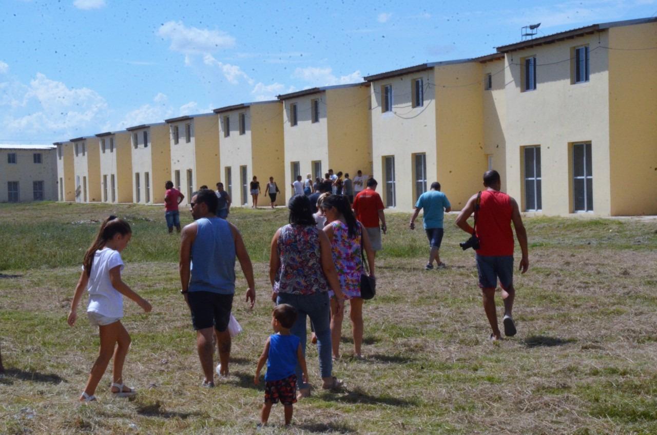 """Abella y adherentes visitaron las """"104 viviendas"""", que entraron en su etapa final"""