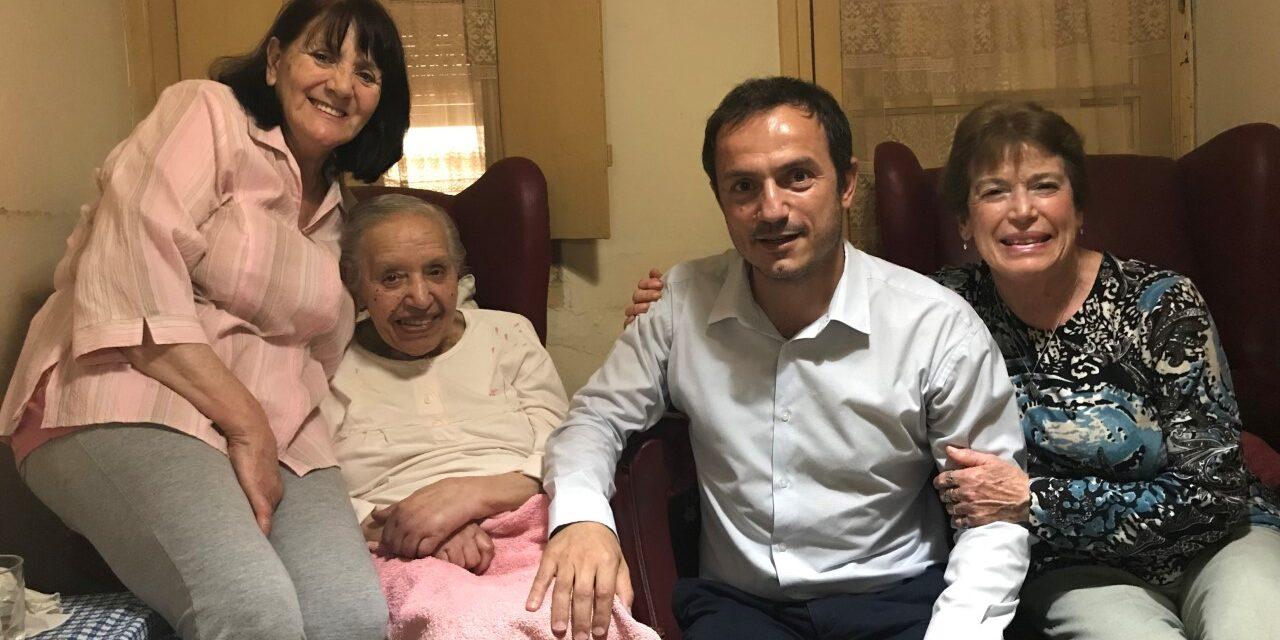 Abella visitó a una vecina que cumplió 101 años