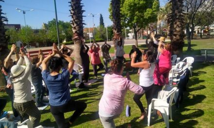 Adultos mayores disfrutaron de una clase de yoga en el Parque Urbano