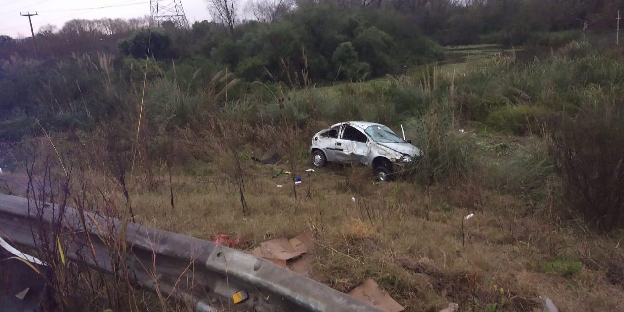 Arroyo El Potrero: un auto perdió el control, atropelló a un ciclista y terminó cerca del agua