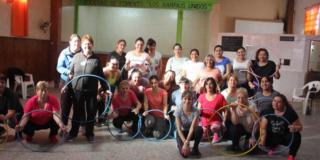 Adultos mayores disfrutan de clases de gimnasia gratuitas en Villanueva y Río Luján