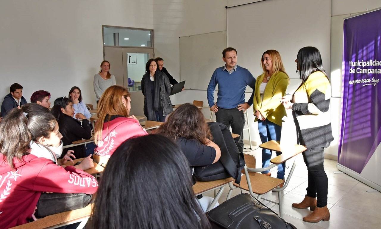 Abella se reunió con los jóvenes que participan del programa Buenos Aires Debate