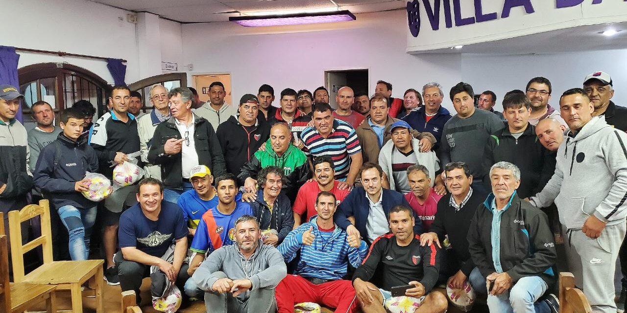 Abella entregó pelotas de fútbol a la Liga de Veteranos de Campana