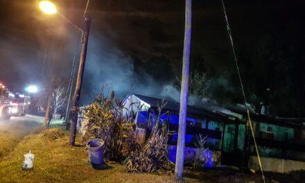 Incendio y explosión en el barrio Los Pioneros deja cuatro heridos graves