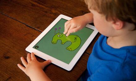 Cómo juegan los niños digitalmente y por qué es innecesario pensar a la tecnología como buena o mala