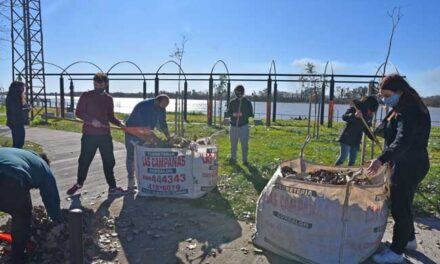 """Participantes de """"Soy joven, soy voluntario"""" realizaron tareas de mantenimiento en la Costanera"""
