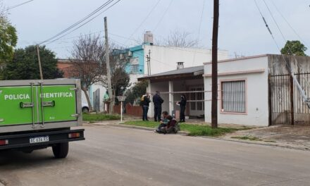 Hallaron muerta a una mujer en su domicilio de Cabrera al 200 y se habría tratado de un homicidio