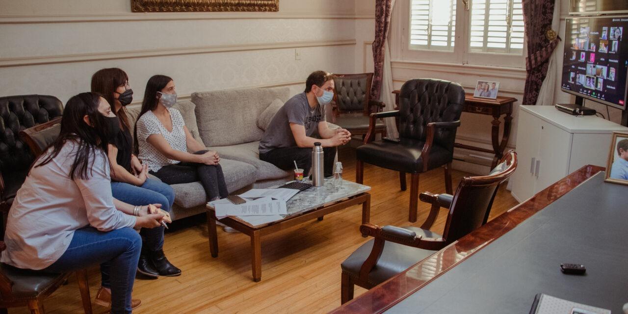 Abella encabezó una reunión virtual con eje en la educación