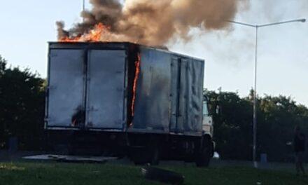 Bomberos de Campana y Escobar combatieron el incendio de un camión en el kilómetro 60 de Panamericana