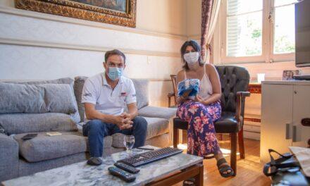 Abella recibió a una vecina que impulsa un proyecto solidario para quienes realizan quimioterapia