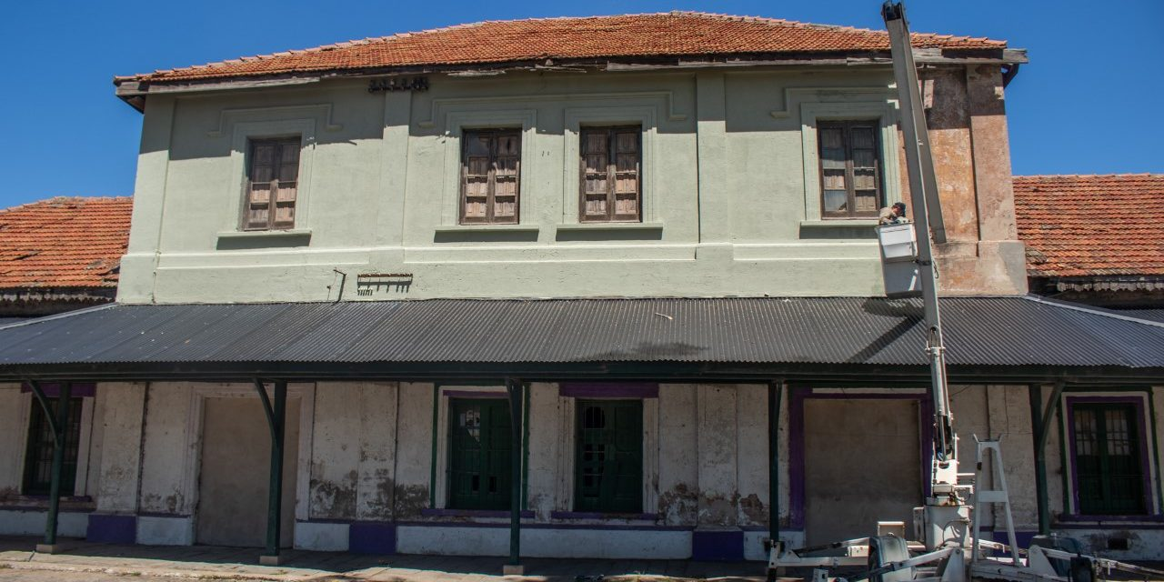 Nueva Costanera: ahora realizan trabajos de pintura en el edificio de la vieja estación