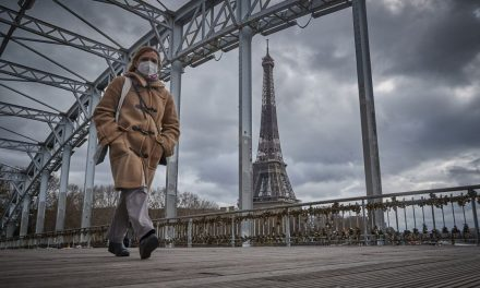 Francia: ordenan confinamiento durante un mes en 16 departamentos, incluido París