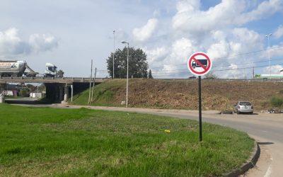 Completan los trabajos de señalización sobre la prohibición de tránsito pesado