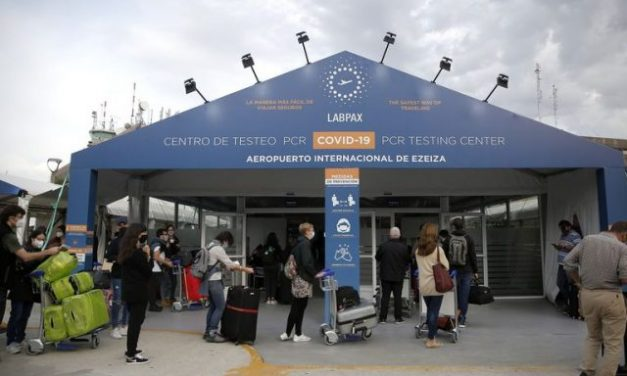 Ante las denuncias, ordenan la intervención del centro de testeos en el aeropuerto de Ezeiza