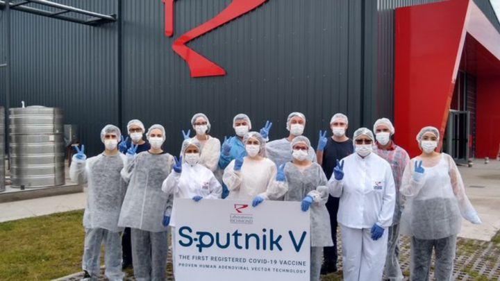 Sputnik V en Argentina: Esta madrugada parte el vuelo que buscará en Rusia el principio activo para producir la vacuna