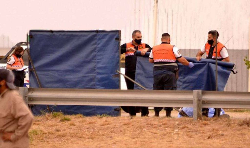 Una mujer escapó con un cuchillo clavado en la espalda de un salvaje ataque de su exmarido: Esta internada en estado reservado