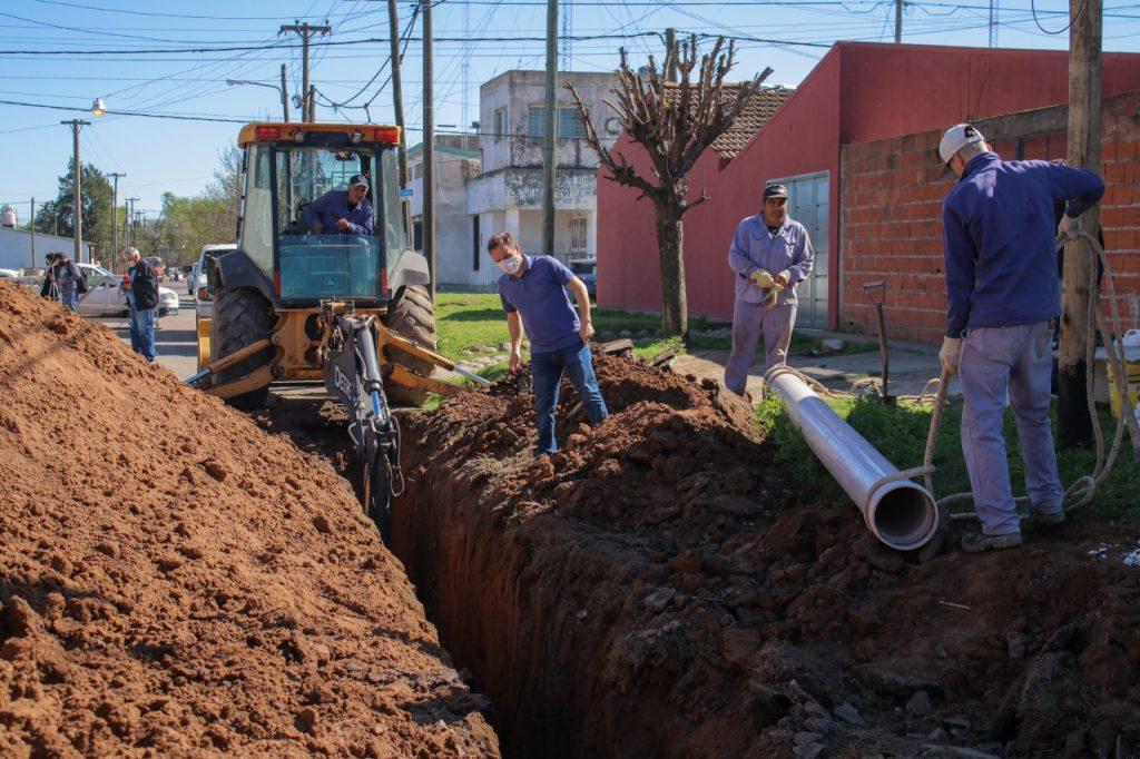 Se construyen los primeros 50 metros del nuevo colector cloacal del barrio Lubo
