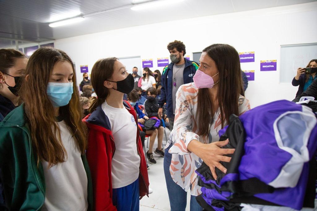 Elisa Abella entregó indumentaria a los finalistas de los Juegos Bonaerenses